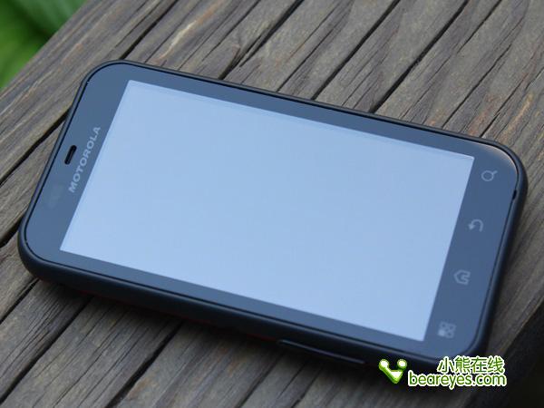 3.7寸电容屏占据了手机正面绝大部分,按键布局紧凑